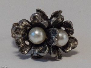 Ring with two pearls